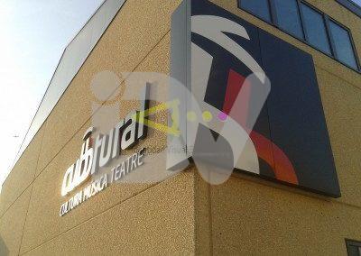 Rótulo con letras en volumen lacadas e instaladas en fachada.