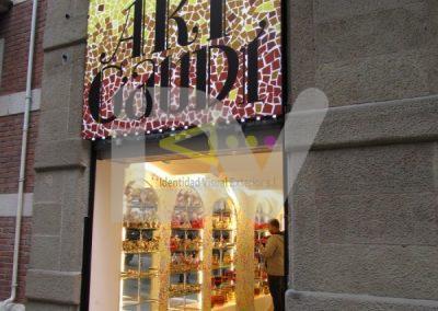 Rótulo Gaudí caja de luz en Barcelona
