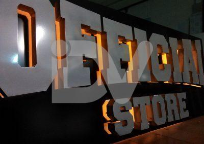 Rótulo con letras iluminadas desde el interior.
