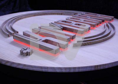 logotipo de madera con iluminación
