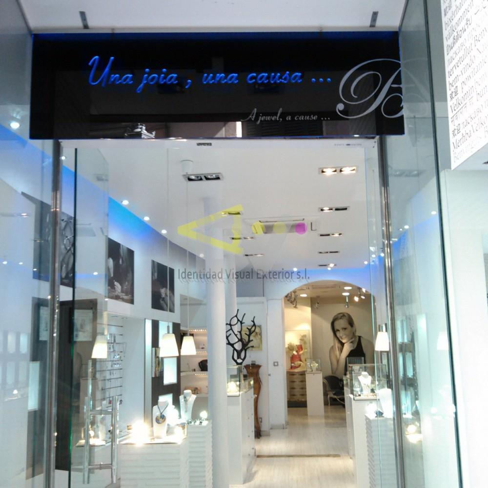 Rótulo en Barcelona luz filtrante azul