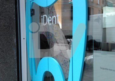 Logotipo corpóreo en puerta clínica dental