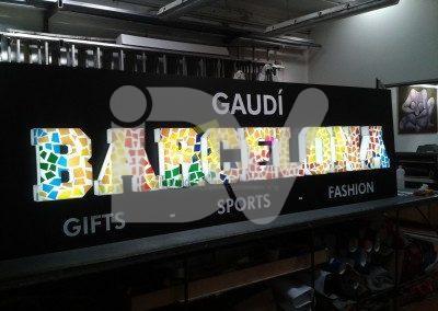 Rótulo con letras en volumen iluminadas con decoración de Gaudí
